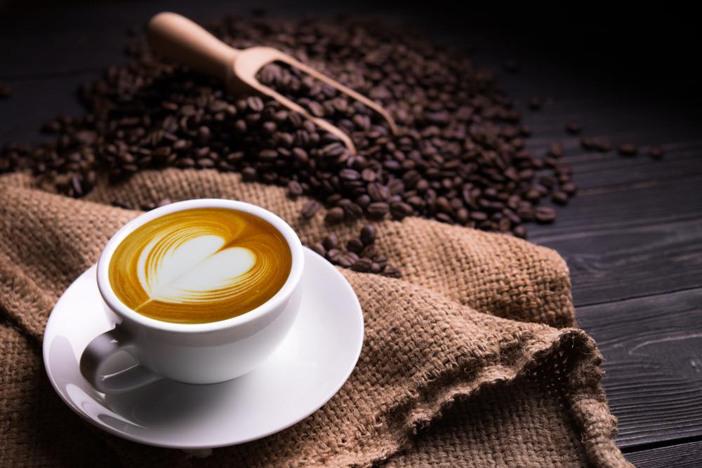 Consommer du café fraîchement moulu avec une machine à café à grains